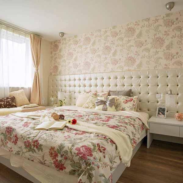 业主希望主卧的风格能够不用偏美式,尽量浪漫一点,于是设计了这样的充满粉色花朵的卧室!