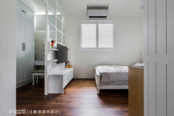 法兰德室内设计利用沟缝设计创造出立面层次,搭配纯白色调形成明亮宽敞的空间感。