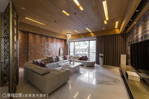 以木皮铺陈延展出自然氛围,搭配镀钛间接照明设计和水晶吊灯,提升空间质感。