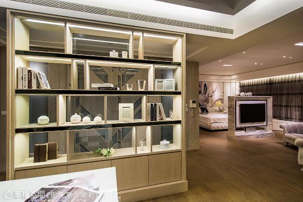 明亮的展示书柜兼作入口屏障,透过通透的设计,带来丰富的层次和景深。