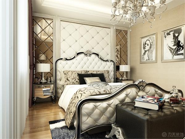 卧室用的浅色的壁纸,床的背景墙中间是石膏线圈边中间是软包,两边是圈边加菱形镜。