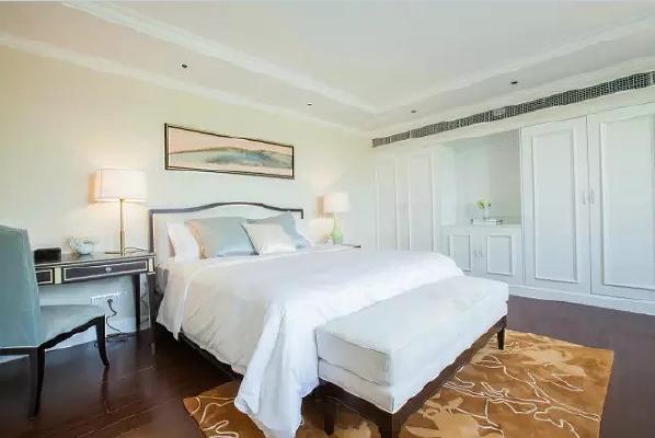次卧,浅色系加深色木地板,简单大方。