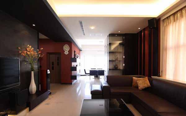 在窗帘旁的壁面以木作和壁纸作出凹凸层次的变化,与转角展示柜一气呵成有视觉延伸的效果,同时亦呼应红色墙面。