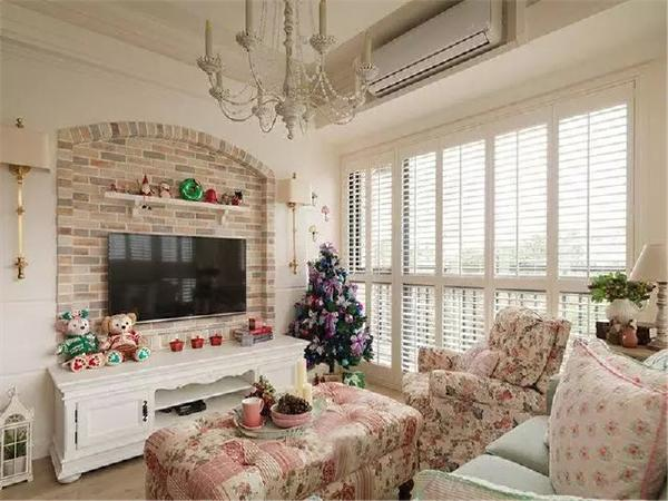 客厅两面的大落地窗户,使室内采光良好。粉色的碎花沙发配以绿色的沙发,很好的营了城堡的氛围,柔美温馨。