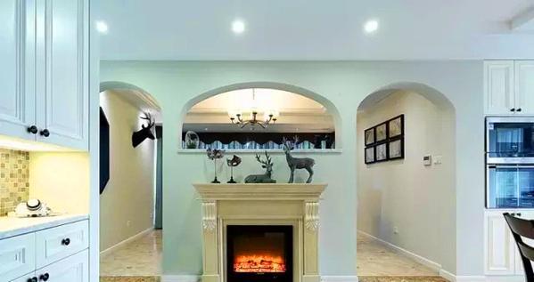 电视背景墙后是入户玄关所见,壁炉设计非常美式图片