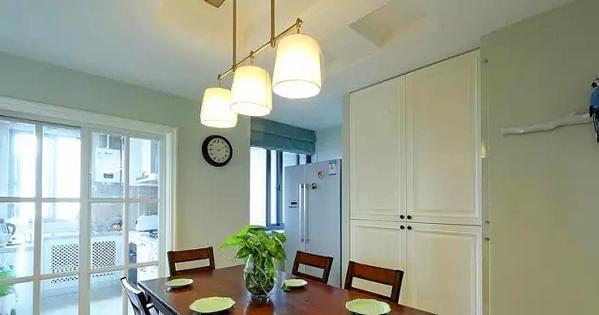 ▲ 餐厅两侧都设计了大量的储物柜,结合家电嵌入摆放