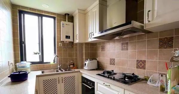 ▲ 厨房是女主人最爱的色调,间铺的小花砖丰富墙面