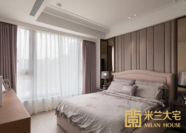 运用线板与裱布为题的主卧空间,床头转角处演拓空间室内设计透过镜面材质,交互镜射、放大空间感。