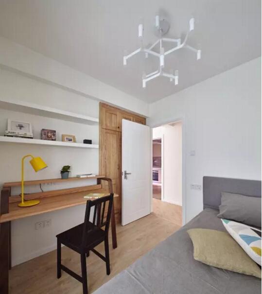 次卧靠墙打造了简单的搁板和书桌,样式简单,让小房间不至于显得很拥  挤,也很实用。