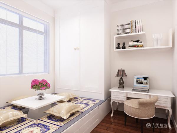 简单的床头背景墙,就贴了浅色欧式大花花纹,配上深色的挂画配饰。使整体的色调往下沉不至于特别的浮。在床体家具的选择上,则选择了床头是软包的黑色床体。
