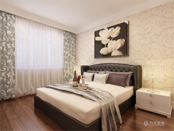 遵循了满足休息和睡眠的要求,营造出安静,祥和的气氛的原则。简单的床头背景墙,就贴了浅色欧式大花花纹,配上深色的挂画配饰。使整体的色调往下沉不至于特别的浮。