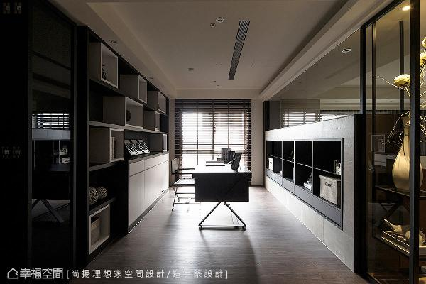 设计师陈元旻在书柜的设计上,用虚实对应、黑白对比的手法,让空间饶富变化与美感。