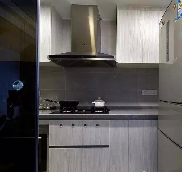 ▲ 非常简洁的木纹橱柜搭配灰色调的台面和瓷砖