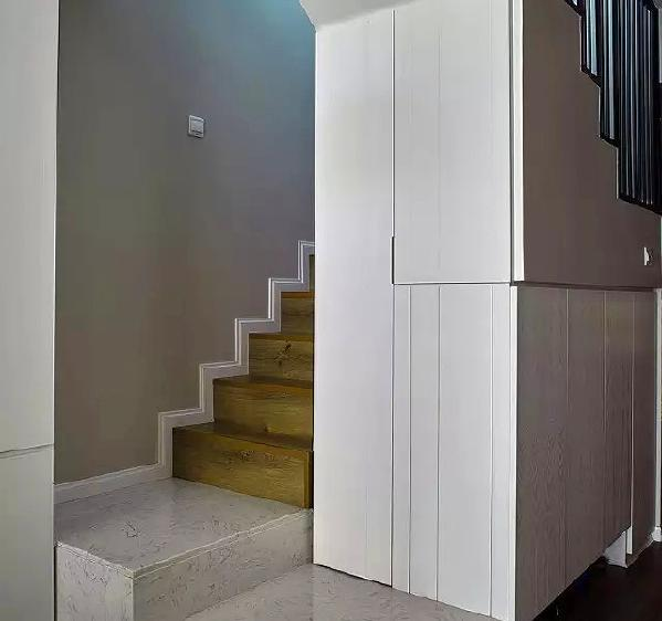 ▲ 石纹和木纹的拼接,利用转角的厚度,在墙面做储物柜