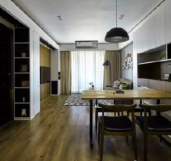 ▲ 从餐厅望向客厅方向,实木家具的质感和温润的木地板组成自然的色调