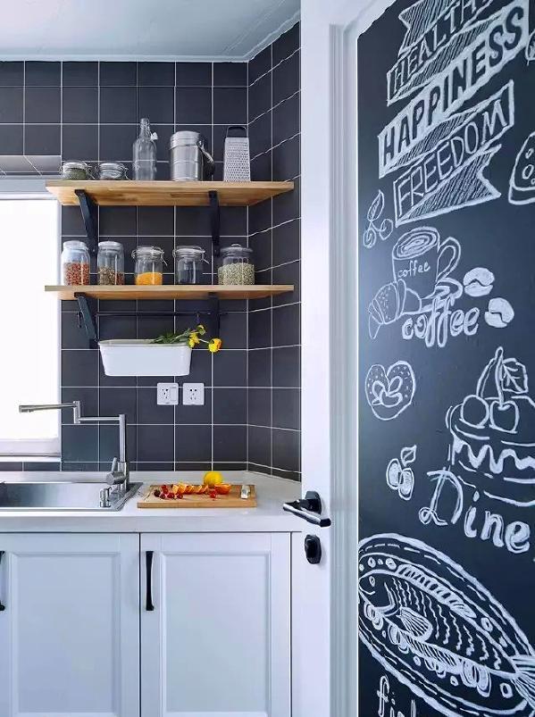▲ 厨房门用了黑板漆,写个菜单,涂涂画画,黑色强壮搭配白色橱柜,北欧经典