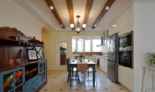 ▲ 开放式的厨房,木柱顶很有地中海风格