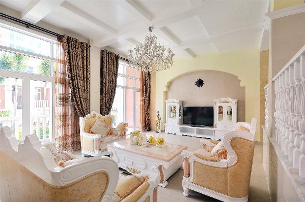 欧式风格强调以华丽的装饰、浓烈的色彩、精美的造型达到雍容华贵的装饰效果