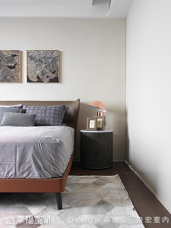 简单的挂画、床组与边桌安排,在隐而不显的设计语汇中表现精湛的细节比例。