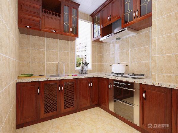 厨房选用的是米黄色墙砖,显得空间更宽敞,红木色的家具完全体现出欧式风格的特点,高贵大气。家具需要完美的软装配合,才能显示出美感。