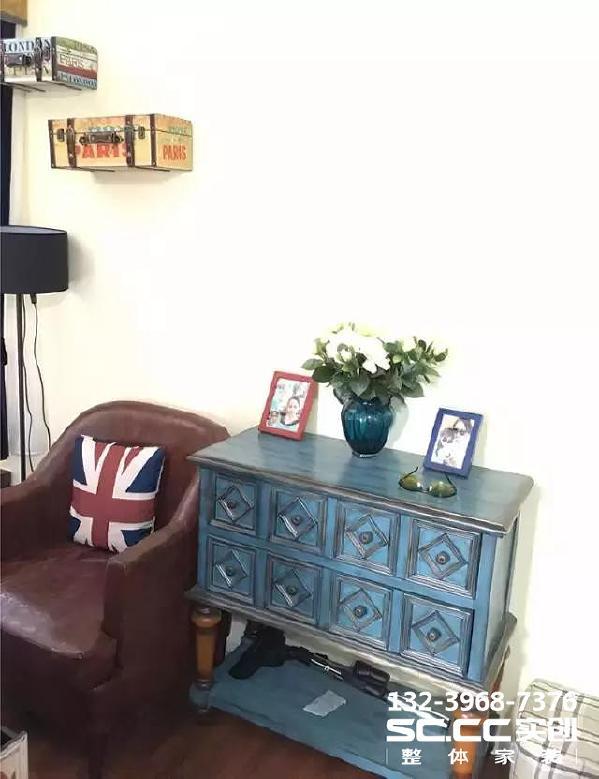 ▲超喜欢这个复古蓝的柜子,红豆色的皮质单人沙发,个性十足!