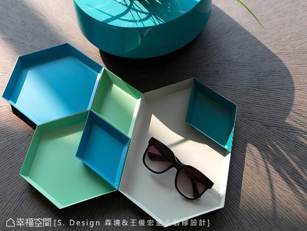 彩度饱和的水蓝与嫩绿色调,呼应窗外闪烁潋滟波光的蓝天碧海,内外交融一气更带来滨海时尚气息。