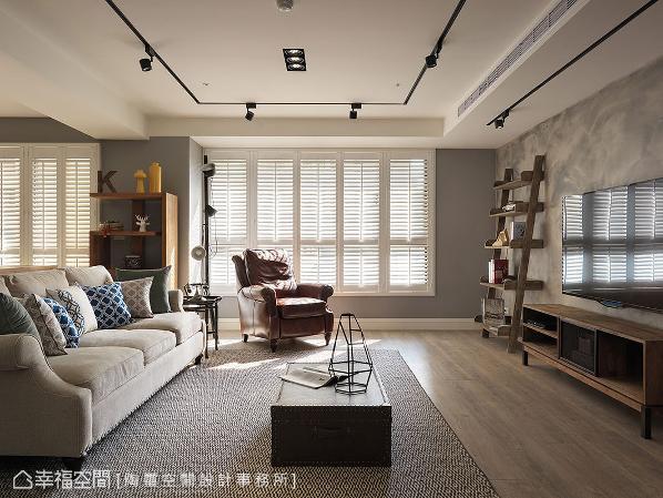 没有过多的壁面装饰,显现客厅清爽的基底,再透过百叶窗、家具软件的搭配,点出一抹美式韵味。