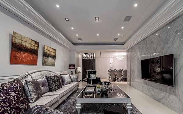 以灰阶色调的拼花大理石作为电视主墙,勾勒出内敛沉稳的大器氛围。