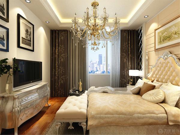 主卧有电视,方便生活。卧室的背景墙是米黄色两边为镜子。
