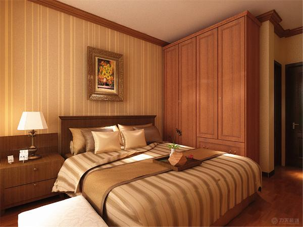 主卧采用石膏线装饰,中间是吸顶灯。卧室床头贴壁纸。其余墙面是白色乳胶漆。