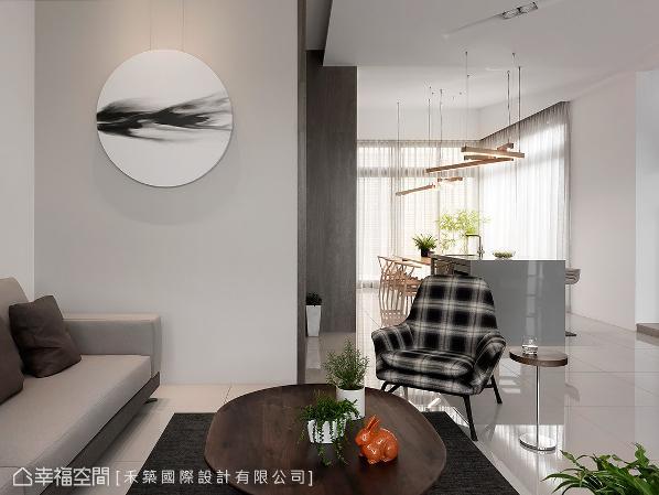 客厅转角壁面刷以简约素色,营造沉静内敛的质韵,带有艺术感的装饰品带来画龙点睛的效果。