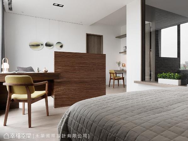 右侧刻意开设一面大窗,让视线得以望向走廊;窗台下方加装灯光,作为夜晚安全照明之用。