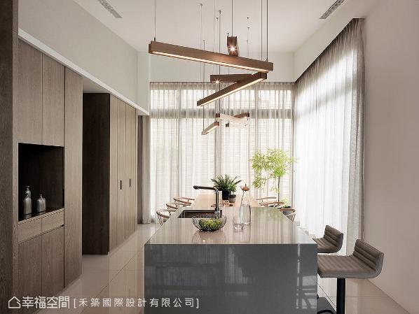 将中岛与餐桌做连结,创造能让一家人在此谈天、用餐的舒适环境。