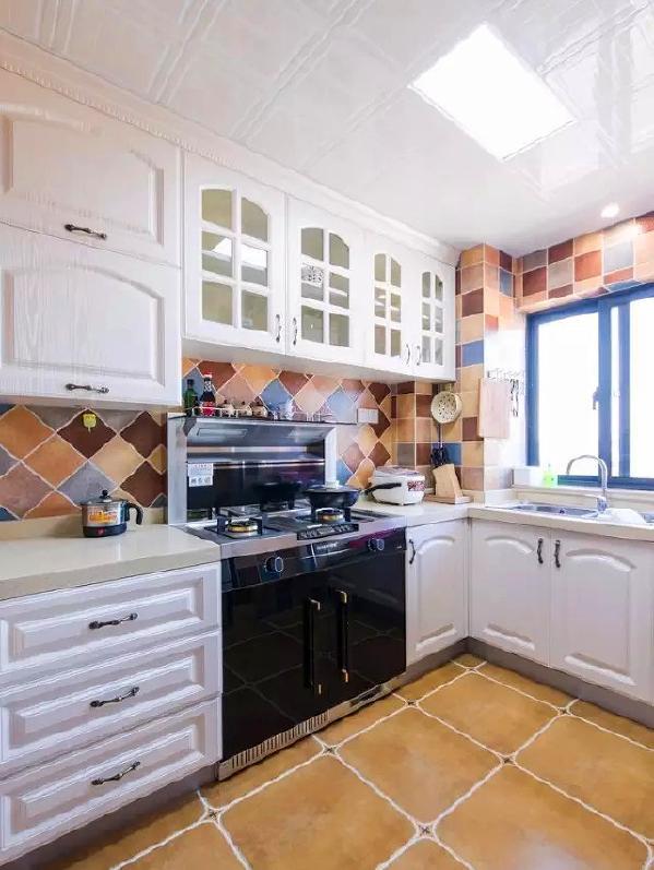 ▲ 厨房选用复古花色砖,不同的铺贴方式组合,充满趣味变化