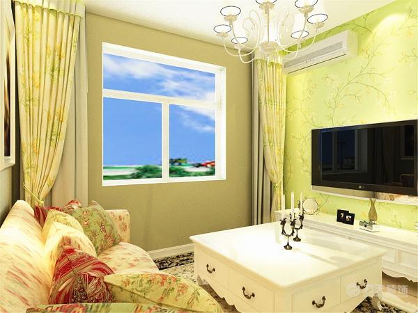 在电视背景墙上贴了绿色壁纸,给人一种乡村舒适清新自然的感觉。碎花的沙发更是给人田园之感,黄色墙上挂着两幅挂画,彰显田园的自然、淳朴。