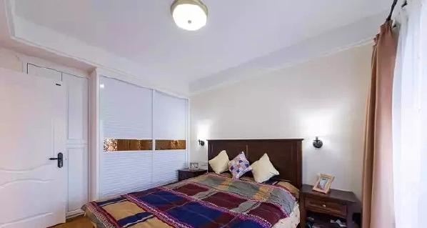 ▲ 主卧采用同样的硬装风格,家具选择大气硬朗,利用墙壁转角设计走入式衣柜
