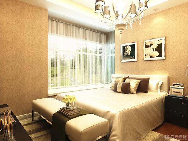 ,卧室有了较深的壁纸,配上了浅色的床以及深色的木地板,形成了鲜明的对比。