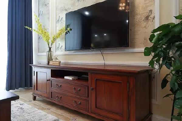 ▲ 电视墙用石膏线勾勒出层次感,用花鸟壁纸填充,配上美式家具很和谐。