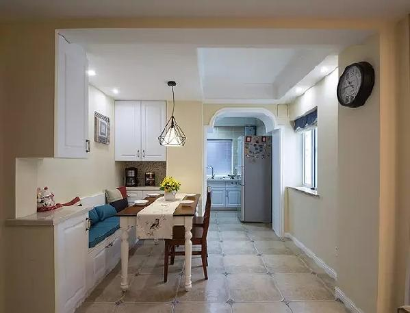 ▲ 餐厅在进门左手边,因为要给厨房留出足够的行走空间,靠墙的一面打造成了卡座,坐人、收纳两不误。