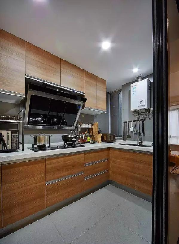 ▲ 木纹橱柜搭配灰色系的墙地砖,干净简洁