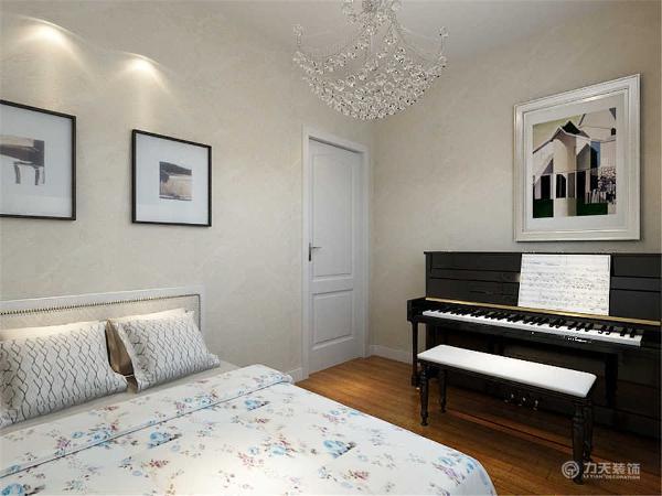 主卧室有阳台,阳台与卧室之间做了推拉门,在小卧室里摆放了一架钢琴,三个卧室都是平顶。整个空间功能分布合理,给人营造了一种温馨时尚和谐的家居生活。