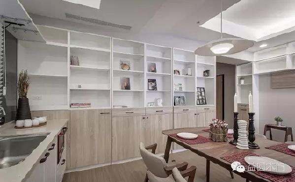 整墙的落地柜成为餐厅主视觉的安定面,不只可以放置书籍,更能摆放全家欢乐回忆的相片与收藏品,使居住者能在这个场域中,稳定且不受干扰地用餐与阅读。