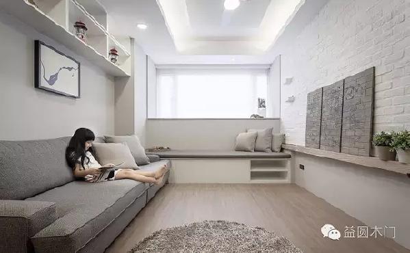 客厅具有完整收纳功能,於卧榻下方、窗台下方以及沙发后墙吊柜皆能满足一家 5 口的生活需求。有效利用开窗位置,配置卧榻,在休息之餘,也能感受到阳光与微风的轻拂。