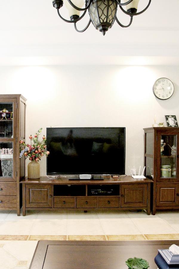 由几组柜类家具搭配的电视墙,从使用的角度出发,并无过多繁琐的装饰。配以触手可及的实木质感,给人以沉稳庄重的感觉