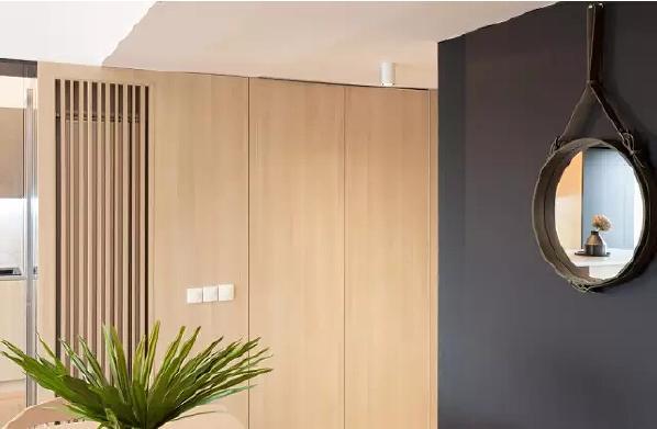 木墙面板划分出私人区域,给人足够的安全感。