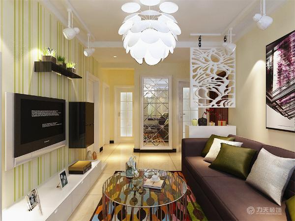 客厅的电视背景墙是以暖绿、米黄色壁纸来组成的,电视柜是以白色烤漆组成,显的整个空间比较温馨。沙发背景墙是以色彩丰富的画为主,整个墙体是以米黄色调为主。