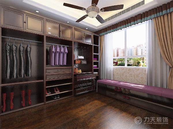 厨房后面是一个衣帽间,介于主卧室与衣帽间之间是个主卫生间,十分方便