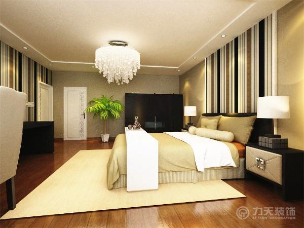 主卧地板采用强化复合地板。耐磨、美观,保养简单。整体涂了浅棕色的乳胶漆,电视背景墙和床后面的线条壁纸相互呼应