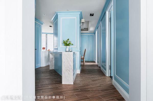 欧美设计中常以色调架构空间风格,承此精神客厅蓝色调进入餐厅区块,换以清爽的蒂芬尼蓝为表现,铺叙层次变化。