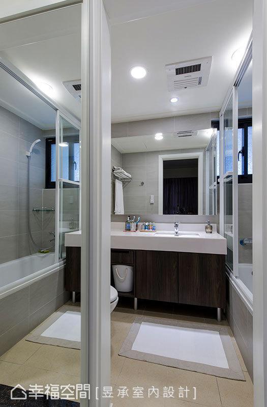 针对屋主的使用习惯,量身规划浴柜的收纳型式,除呼应空间的整体设计,也满足了屋主在生活中的收纳需求。